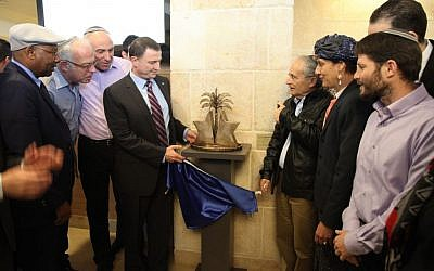 Knesset Speaker Yuli Edelstein inaugurates a sculpture marking the 2005 evacuation from the Gaza Strip in the Knesset on February 1, 2016. (Knesset spokesman's office)