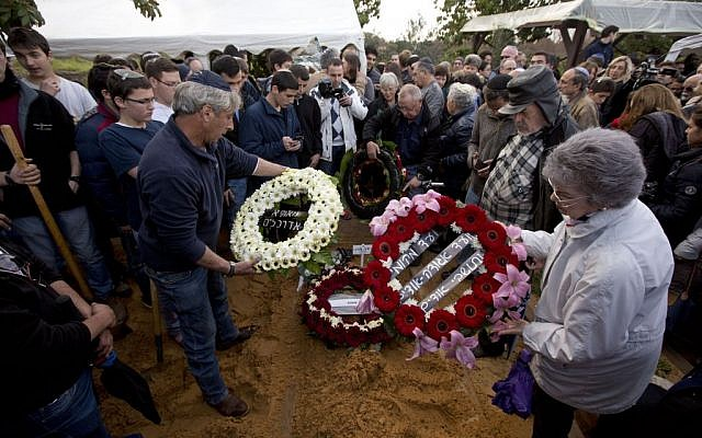 Friends and relatives lay wreaths on the grave of 93-year-old Holocaust survivor Samuel Willenberg during his funeral in Udim, near the costal city of Netanya central Israel, Monday, Feb. 22, 2016. (AP Photo/Sebastian Scheiner)