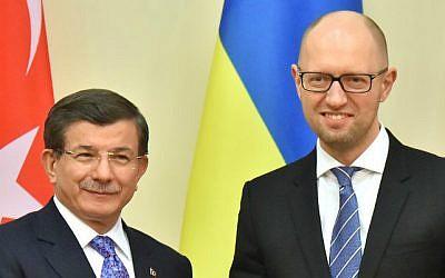 Ukrainian Prime Minister Arseniy Yatsenyuk (R) welcomes his Turkish counterpart Ahmet Davutoglu prior to their meeting in Kiev on February 15, 2016. (CREDITSERGEI SUPINSKY / AFP)