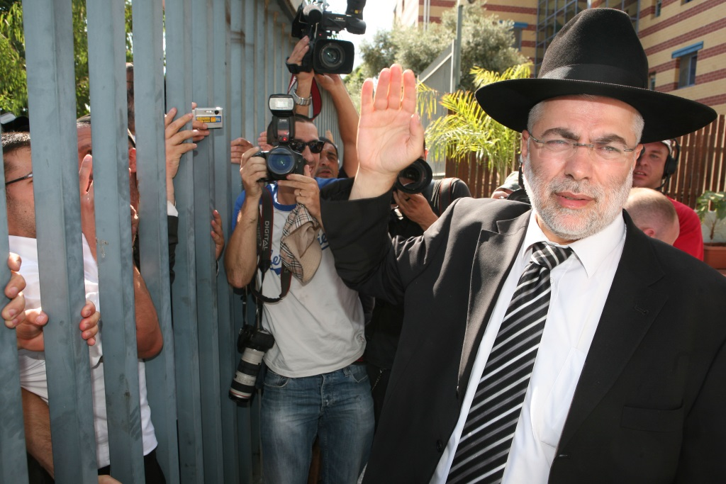 Former Knesset member Shlomo Benizri waves to his supporters at the entrance to jail. Benizri was sentenced to 4 years in prison for taking bribes from the owner of a manpower company. (Photo by Liron Almog / FLASH90)