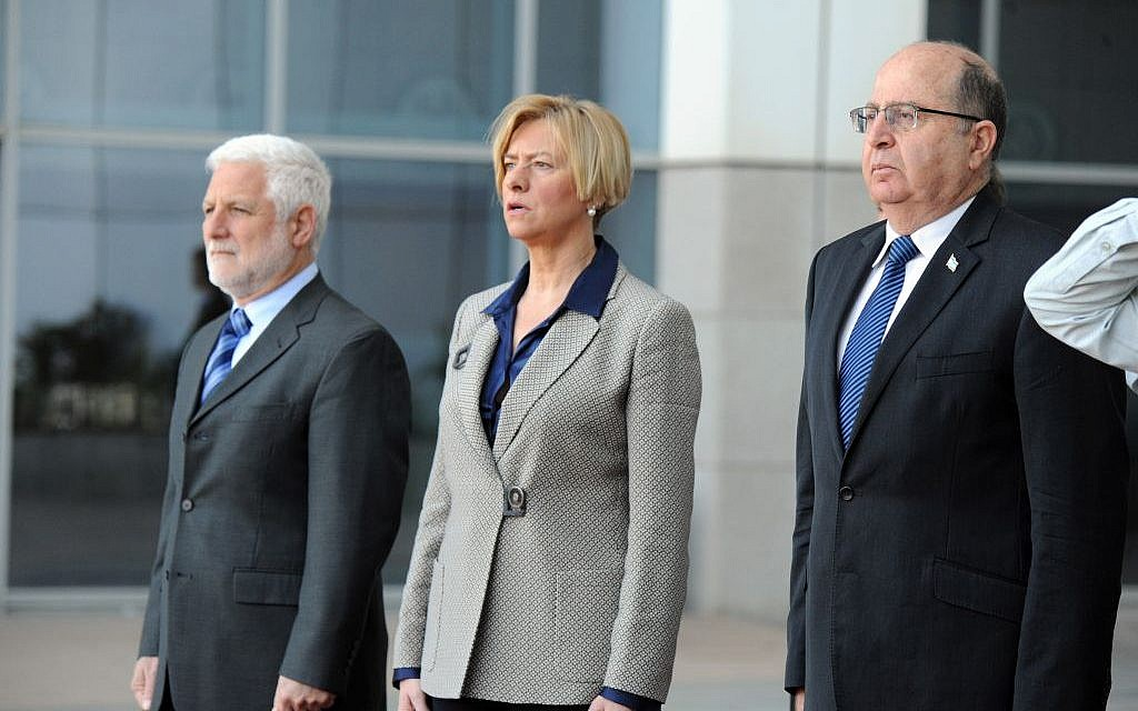Moshe Ya'alon, right, and Roberta Pinotti, center, in Tel Aviv on February 29, 2016. (Ariel Hermoni/Defense Ministry)
