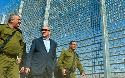 Israeli Prime Minister Benjamin Netanyahu and IDF Chief of Staff Gadi Eisenkot (L) visit construction work on the fence between Israel and Jordan. February 9, 2016. (Kobi Gideon/GPO)