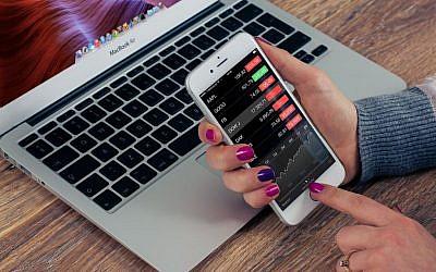 Testing a phone app (Pixabay)
