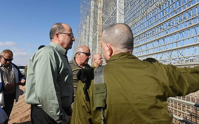 Defense Minister Moshe Ya'alon during a visit to Israel's southern border, February 23, 2015 (Diana Hananashvilli/Defense Ministry)
