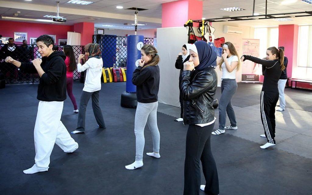 Jordanian Lina Khalifeh (L) teaches a self-defense class on February 15, 2016 in the Jordanian capital Amman. (AFP / KHALIL MAZRAAWI)
