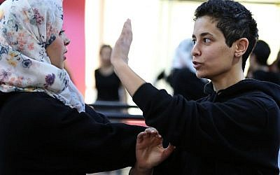 Jordanian Lina Khalifeh (R) teaches a self-defense class on February 15, 2016 in the Jordanian capital Amman.(AFP / KHALIL MAZRAAWI)