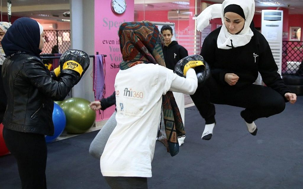 Women attend a self-defence class on February 15, 2016 in the Jordanian capital Amman. (AFP / KHALIL MAZRAAWI)