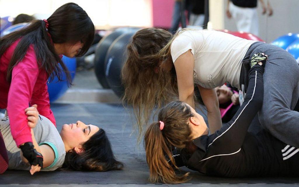 Women attend a self-defense class on February 15, 2016 in the Jordanian capital Amman. (AFP / KHALIL MAZRAAWI)
