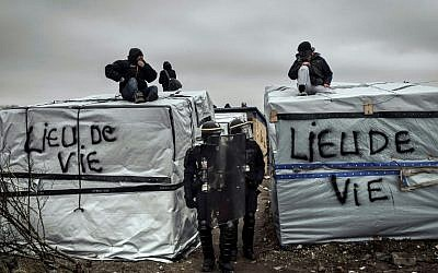 Policemen dismantle shacks on March 1, 2016 in the 'Jungle' migrant camp in the French northern port city of Calais. (AFP / PHILIPPE HUGUEN)