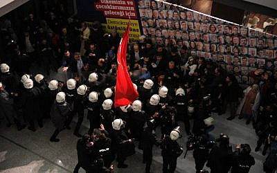 Turkish anti riot police try to disperse employees as they enter at Zaman newspaper's headquarters in Istanbul on March 5, 2016. (AFP/Zaman Daily Newspaper/AKIF TALHA SERTTURK)