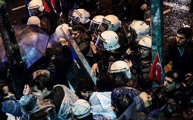 Turkish riot police clash with supporters at Zaman daily newspaper headquarters in Istanbul on March 5, 2016, a day after an Istanbul court ordered the publication into administration amid growing alarm over freedom of expression in the country. (AFP/OZAN KOSE)