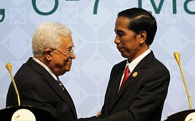 Indonesia's President Joko Widodo (R) shakes hands with Palestinian Authority President Mahmoud Abbas (L) during the closing of the 5th Extraordinary Organization of Islamic Cooperation (OIC) Summit on the Palestinian territories on March 7, 2016 in Jakarta. (Garry Lotulung/Pool/AFP)