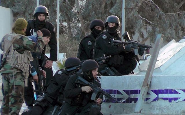 Tunisian special forces take position during clashes with militants in the southern town of Ben Guerdane, near the Libyan border, March 7, 2016.  (AFP/FATHI NASRI)