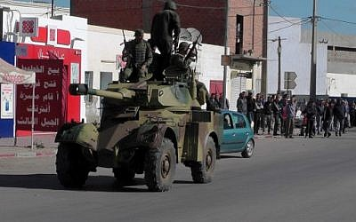 Tunisian soldiers drive a light gun car during clashes with militants in the southern town of Ben Guerdane, near the Libyan border, March 7, 2016.  (AFP/FATHI NASRI)