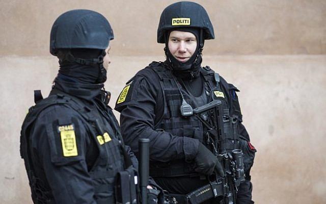 Des policiers danois montent la garde devant le tribunal de la ville de Copenhague, au Danemark, où un procès doit s'ouvrir le 10 mars 2016 contre quatre hommes accusés d'avoir aidé un homme armé d'origine danoise, dont les attaques contre une synagogue et une manifestation de liberté d'expression l'année dernière deux personnes mortes. / AFP / DANEMARK SCANPIX / Emil Hougaard / Danemark OUT