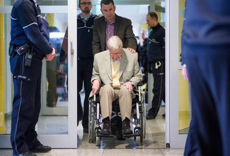 Former Auschwitz guard Reinhold Hanning (C) is brought to the courtroom for the continuation of his trial at the court in Detmold, western Germany, on March 11, 2016. (AFP / POOL / Bernd Thissen)