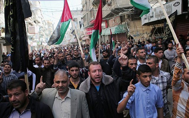Palestinian supporters of the Islamic Jihad Movement take part in a demonstration following Friday prayers in Khan Yunis in the southern Gaza Strip on March 11, 2016. (AFP/SAID KHATIB)
