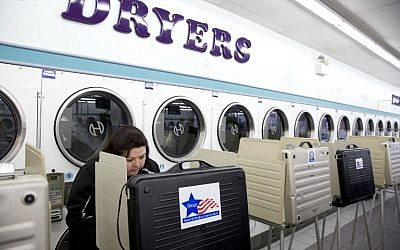 Voters cast ballots in the Illinois primary at Su Nueva Laundromat in West Lawn, Chicago, March 15, 2016. (AFP/Tasos Katopodis)