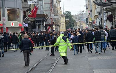 Turkish police push people away after an explosion on a pedestrian shopping street in Istanbul on March 19, 2016. (AFP/Bulent KILIC)