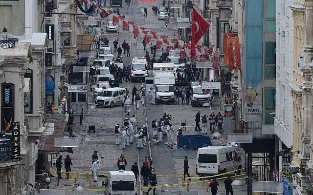 Turkish police, forensics and emergency services work at the scene of an explosion on the pedestrian Istiklal Avenue in Istanbul on March 19, 2016. (AFP/Bulent Kilic)