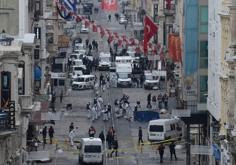 Turkish police, forensics and emergency services work on the scene of an explosion on the pedestrian Istiklal avenue in Istanbul on March 19, 2016. (AFP / Bulent KILIC)