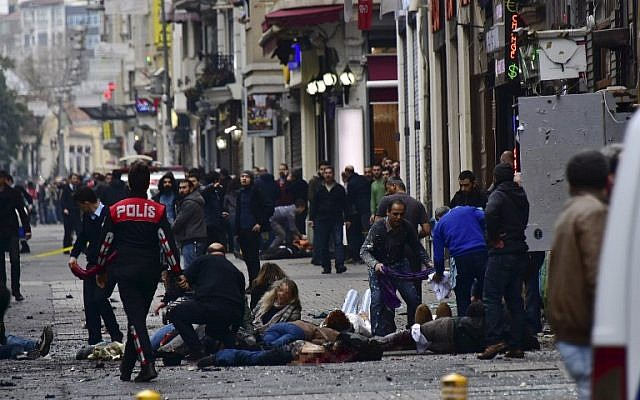 Injured people get assistance on the scene of an explosion on the pedestrian Istiklal avenue in Istanbul on March 19, 2016 (AFP/ETKIN NEWS AGENCY/STRINGER)