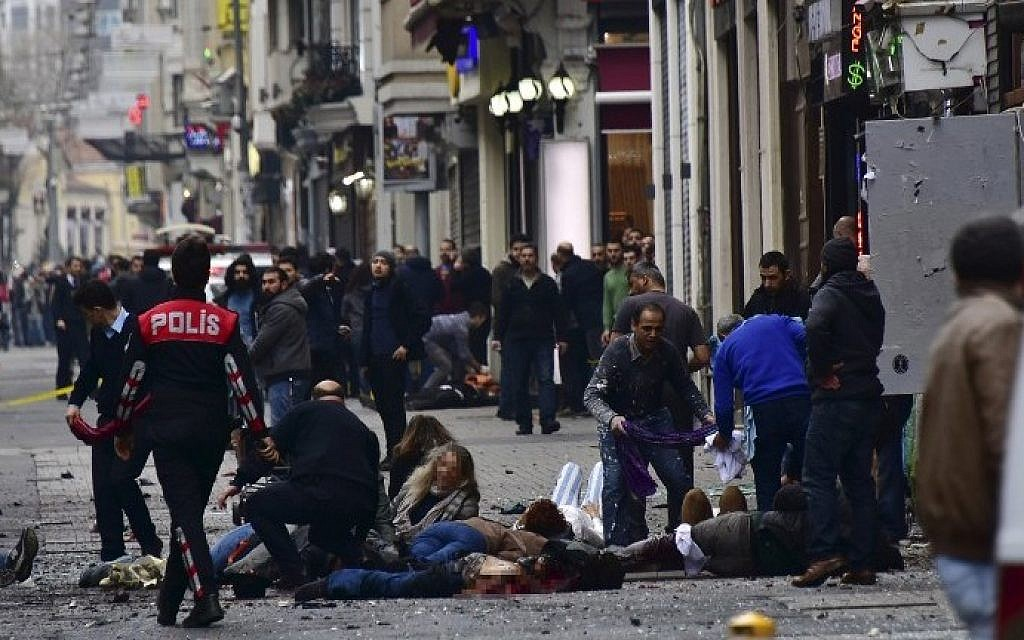 Injured people get assistance on the scene of an explosion on the pedestrian Istiklal avenue in Istanbul on March 19, 2016. (Etkin News agency/AFP)