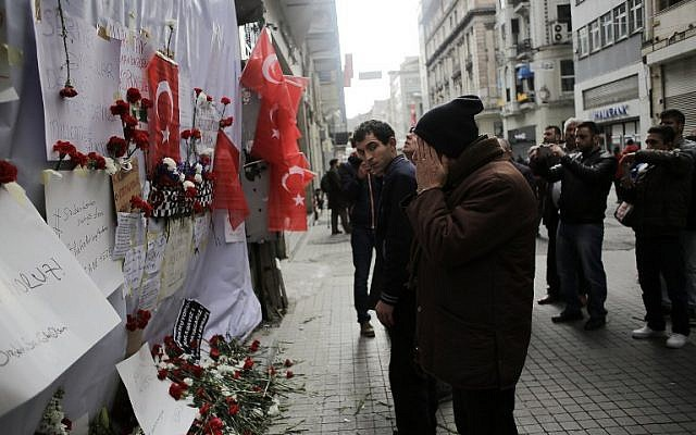 A man reacts in front of a makeshift memorial at the location of the blast of a suicide attack on Istiklal Street, a major shopping and tourist district, in central Istanbul, on March 20, 2016. (AFP / YASIN AKGUL)