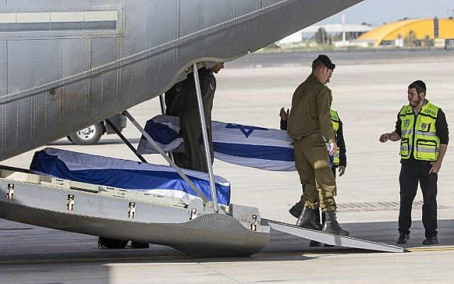 IDF soldiers carry on the coffin of an Israeli, who was killed in an Istanbul suicide bombing the previous day, upon it's arrival at Tel Aviv's Ben Gurion airport, March 20, 2016. (AFP/JACK GUEZ)