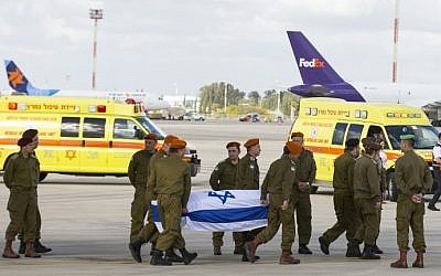IDF soldiers carry the coffin of one of three Israelis killed a day earlier in an Istanbul suicide bombing, as the bodies of the victims arrive at Ben Gurion Airport on March 20, 2016. (AFP/Jack Guez)