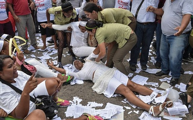 "Members of dissident group ""Ladies in White"", wives of former political prisoners, are detained during their protest on March 20, 2016 in Havana. (AFP / ADALBERTO ROQUE)"