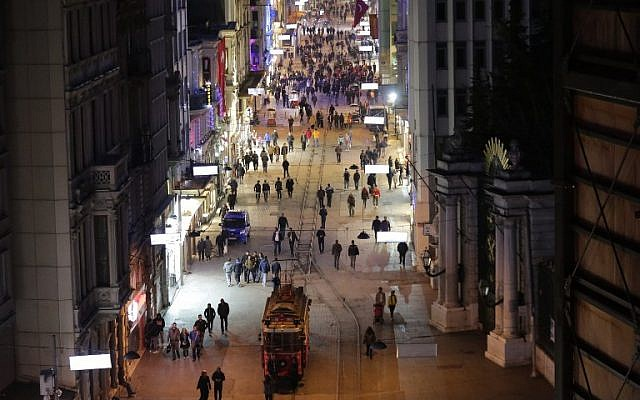 Pedestrians walk along Istiklal Street, a busy shopping and entertainment hub in central Istanbul, a day after a suicide bomb attack, March 20, 2016. (AFP/YASIN AKGUL)
