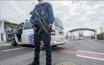 A police officer stands guard at the entrance of Brussels Airport, in Zaventem, on March 22, 2016, after at least 13 people have been killed by two explosions in the departure hall.   (AFP / Belga / FILIP DE SMET / Belgium OUT)