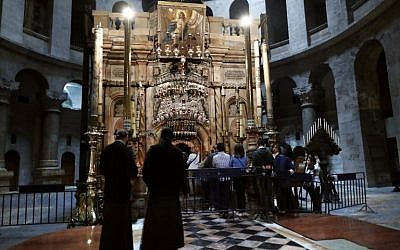 Christian worshippers queue to visit the Tomb of Christ, where according to Christian belief the body of Jesus was laid after his death, inside the Church of the Holy Sepulchre in the Jerusalem's Old City, on March 23, 2016 (AFP / THOMAS COEX)