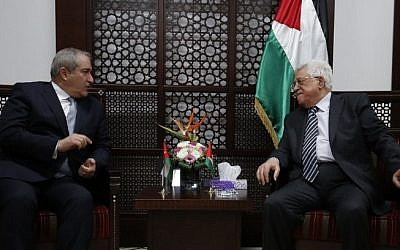 Jordanian Foreign Minister Nasser Judeh, left meets with Palestinian Authority President Mahmoud Abbas in the West Bank city of Ramallah on March 24, 2016. (AFP / ABBAS MOMANI)