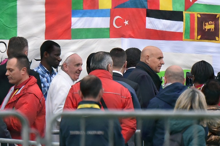 Pope Francis arrives at the Cooperative Auxilium of Castelnuovo di Porto near Rome, where he washed feet of asylum seekers as part of the Holy Thursday celebrations on March 24, 2016. (AFP/ALBERTO PIZZOLI)