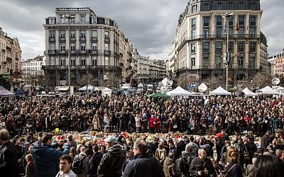 People gather on Place de la Bourse square in Brussels to pay tribute to the victims of the Brussels terror attacks, on March 25, 2016. (AFP/BELGA/Aurore Belot)