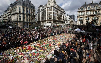 People gather to pay a tribute  on March 27, 2016 outside the stock exchange in Brussels, which has become an unofficial shrine to victims of the March 22 terror attacks in the city. (AFP/Belga/Nicolas Maeterlinck)