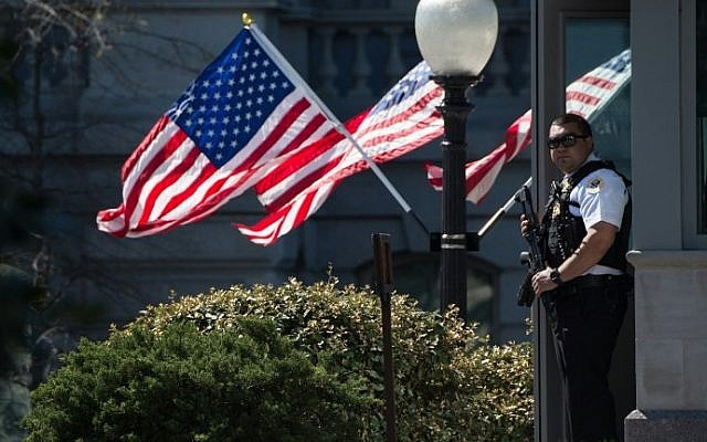 A US Secret Service agent stands guard at the White House in Washington, DC, on March 28, 2016. (AFP / Nicholas Kamm)