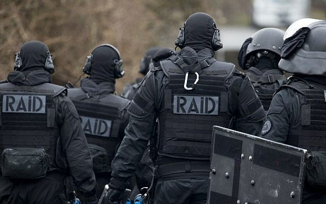 Members of the RAID, the French national police intervention group, take part in a terror attack exercise in an urban environment, on March 30, 2016. (AFP/Kenzo Tribouillard)