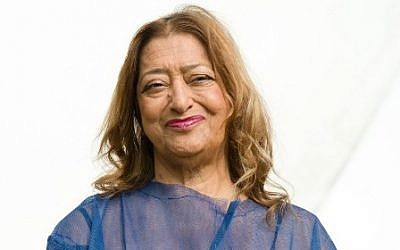 (FILES) A file photo taken on September 25, 2013, shows Iraqi-British architect Zaha Hadid posing for pictures outside her design for an extension of the Serpentine Sackler Gallery in London. AFP / LEON NEAL