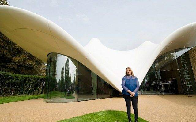 (FILES) A file photo taken on September 25, 2013, shows Iraqi-British architect Zaha Hadid posing for pictures outside her design for an extension of the Serpentine Sackler Gallery in London. (AFP / LEON NEAL)