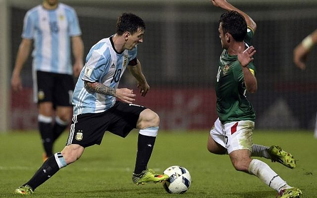 Argentina's Lionel Messi (L) vies for the ball with Bolivia's Fernando Saucedo during their Russia 2018 FIFA World Cup South American Qualifiers' football match in Cordoba, Argentina, on March 29, 2016. (AFP PHOTO / EITAN ABRAMOVICH / AFP / EITAN ABRAMOVICH)