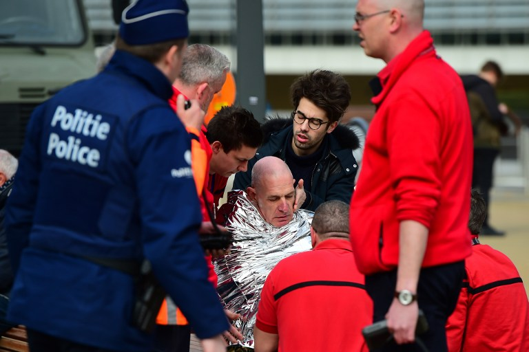 A victim receives first aid by rescuers, on March 22, 2016 near Maalbeek metro station in Brussels, after a blast at this station near the EU institutions caused deaths and injuries. (AFP PHOTO / EMMANUEL DUNAND / AFP / EMMANUEL DUNAND)