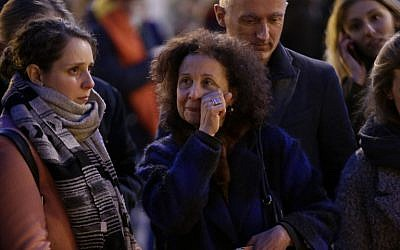 A woman reacts at a makeshift memorial in front of the stock exchange at the Place de la Bourse (Beursplein) in Brussels on March 22, 2016, following triple bomb attacks in the Belgian capital that killed about 35 people and left more than 200 people wounded.(AFP PHOTO / KENZO TRIBOUILLARD)