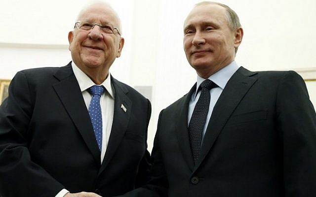 Russian President Vladimir Putin welcomes his Israeli counterpart Reuven Rivlin during a meeting at the Kremlin in Moscow, on March 16, 2016. (AFP/POOL/Maxim Shipenkov)