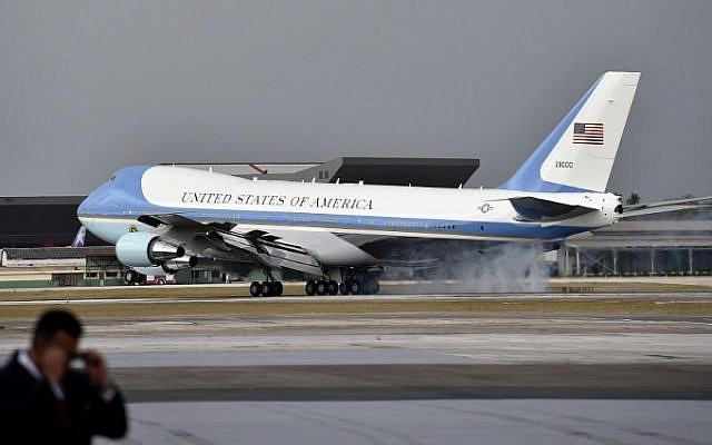 The plane transporting US President Barack Obama lands at Jose Marti international airport in Havana on March 20, 2016. (AFP/ Yuri CORTEZ / AFP)