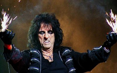 Alice Cooper, the beloved heavy metal rocker, will finally get to Israel (Courtesy Man Alive!/CC BY 2.0)