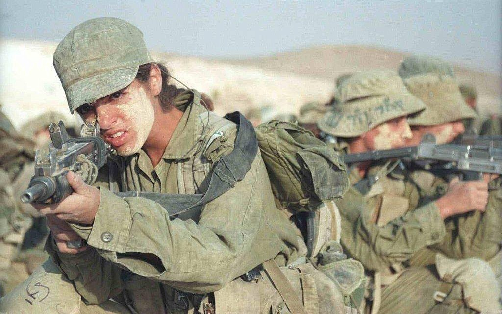 Soldiers train with an Uzi submachine gun on January 10, 2000. (IDF Spokesperson's Unit/IDF Archive)
