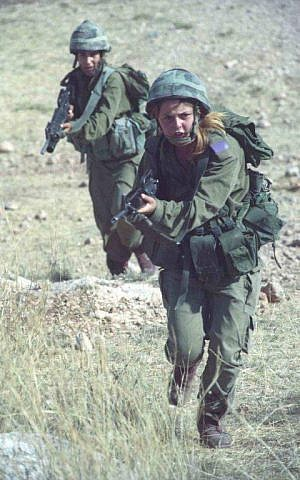 Female soldiers train during a training exercise on January 10, 2000. (IDF Spokesperson's Unit/IDF Archive)
